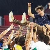 Pacheta es manteado por la plantilla del Elche CF tras lograr el ascenso a Primera División.