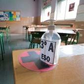 Gel hidroalcohólico en el aula de un colegio