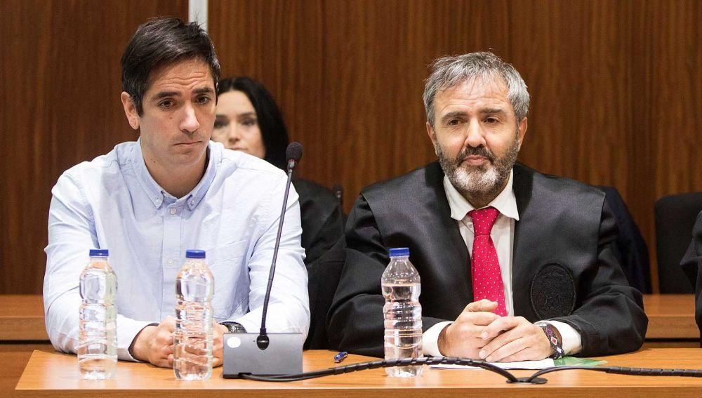 Rodrigo Lanza junto a su abogado
