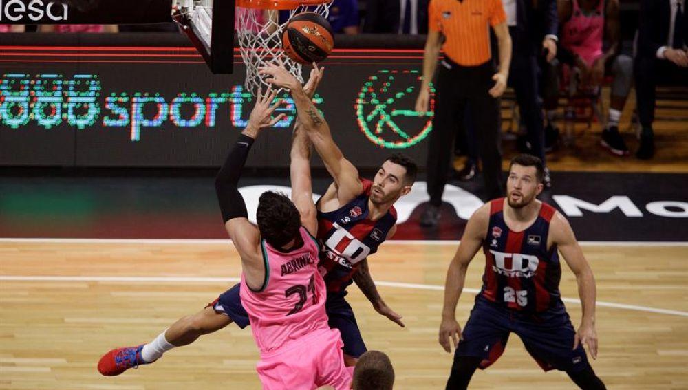 El alero español del Barça, Álex Abrines, disputa un balón con el base argentino del Systems Baskonia, Luca Vildoza.