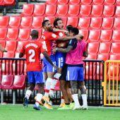 El centrocampista del Granada Luis Milla celebra con sus compañeros su gol ante el Athletic de Bilbao