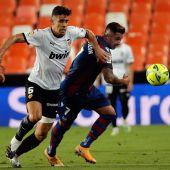 El brasileño Gabriel Paulista, del Valencia CF, lucha con Sergio León, del Levante UD.
