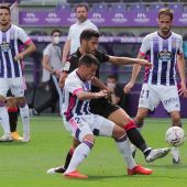El centrocampista del Valladolid, Federico San Emeterio Díaz, y el centrocampsita de la Real Sociedad, Mikel Merino.