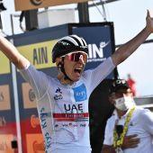 El ciclista esloveno Tadej Pogacar (UAE Team Emirates), celebra la victoria en la 15ª etapa del Tour