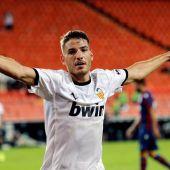 El delantero del Valencia Manu Vallejo celebra su segundo gol, cuarto del equipo ante el Levante.