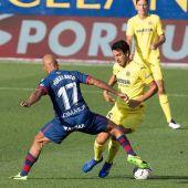 El centrocampista del Villarreal, Daniel Parejo, lucha con Mikel Rico, del Huesca.