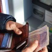 Sacando dinero del cajero