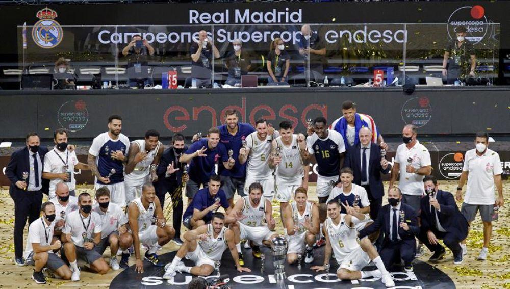 Los jugadores del Real Madrid celebran su victoria al proclamarse campeones de la Supercopa de la liga ACB tras imponerse al Barça