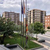 Imagen de la bandera del ayuntamiento de Almassora a media asta.