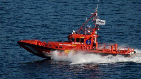 Una embarcación de Salvamento Marítimo trabaja en el rescate de una embarcación
