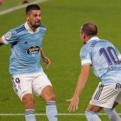El delantero del Celta Iago Aspas (10) celebra con Nolito el primer gol conseguido ante el Valencia CF