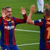El delantero francés del FC Barcelona Antoine Griezmann (izda) celebra con Jordi Alba el gol conseguido