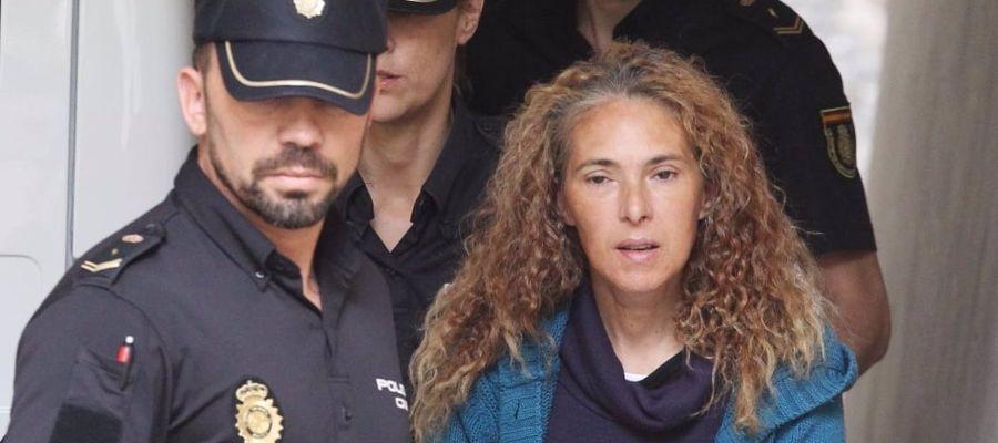 Concepción Martín escoltada por la policía nacional