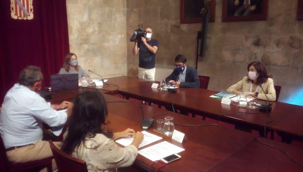 La presidenta del Govern, Francina Armengol y el conseller de turismo, Iago Negueruela junto a representantes de patronales de la restauración.