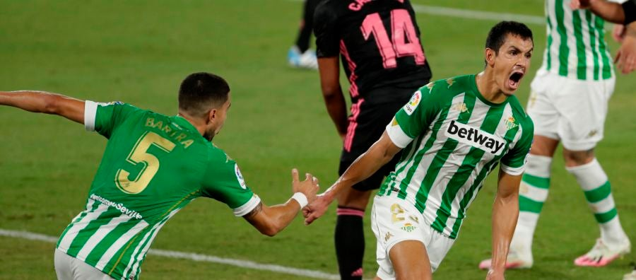 Bartra y Mandi celebran un gol del Betis.