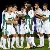 Los futbolistas del Elche celebran un gol.