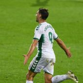 El delantero Lucas Boyé celebra su primer gol con el Elche, en Primera División, frente al Eibar.