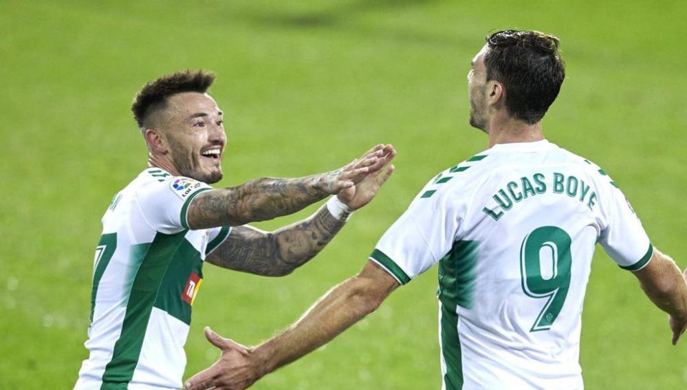 Josan Ferrández y Lucas Boyé celebran el primer gol de la temporada del Elche CF.