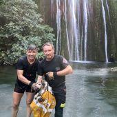 El perro rescatado por dos bomberos