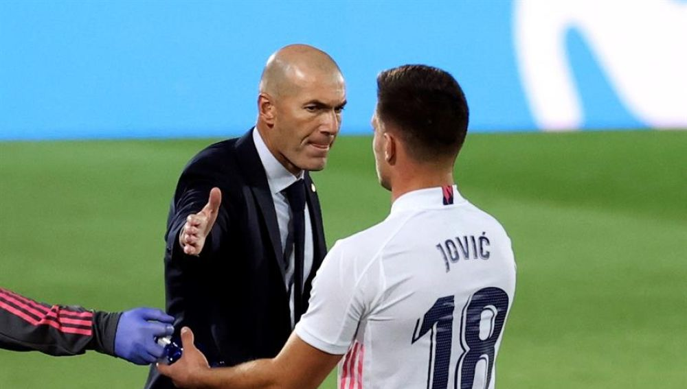 Zidane felicita a Jovic.