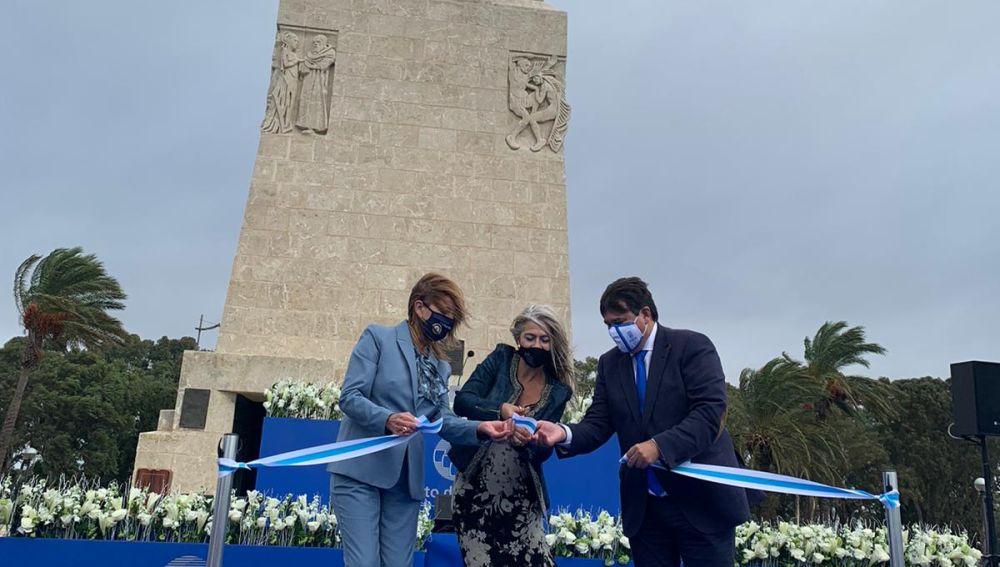 Corte de cinta en la inauguración del Monumento a la Fe Descubridora