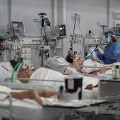 Personal médico realiza controles de rutina a pacientes COVID-19