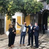 El ministro de Cultura, José Manuel Rodríguez Uribes, acompañado del alcalde de Sevilla, Juan Espadas, y el delegado de Cultura, Antonio Muñoz