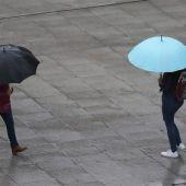 Peatones con paraguas durante un día lluvioso