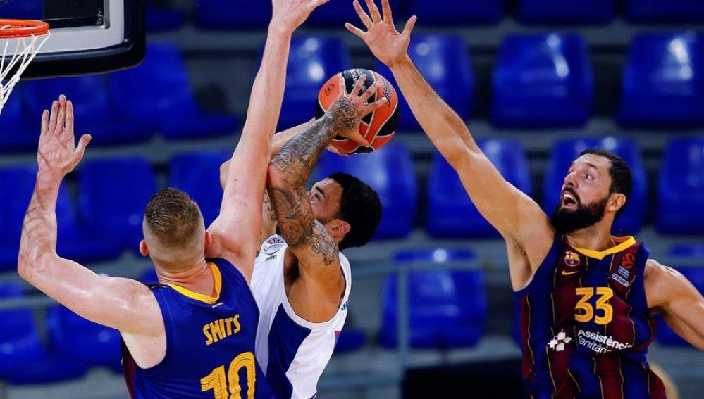 El base estadounidense del CSKA de Moscú Mike James entra a canasta defendido por Rolands Smits y Nikola Mirotic, ambos del Barça, en el Palau Blaugrana, en Barcelona