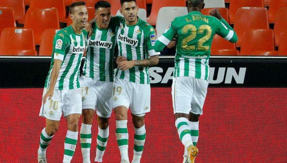Canales, Tello, Sanabria y Emerson celebran un gol del Betis.