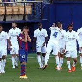 Los jugadores del Real Madrid celebran la victoria ante el Levante.