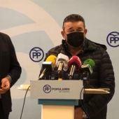 José María Sáiz, alcalde de Villar de Cañas junto al presidente del PP de Cuenca