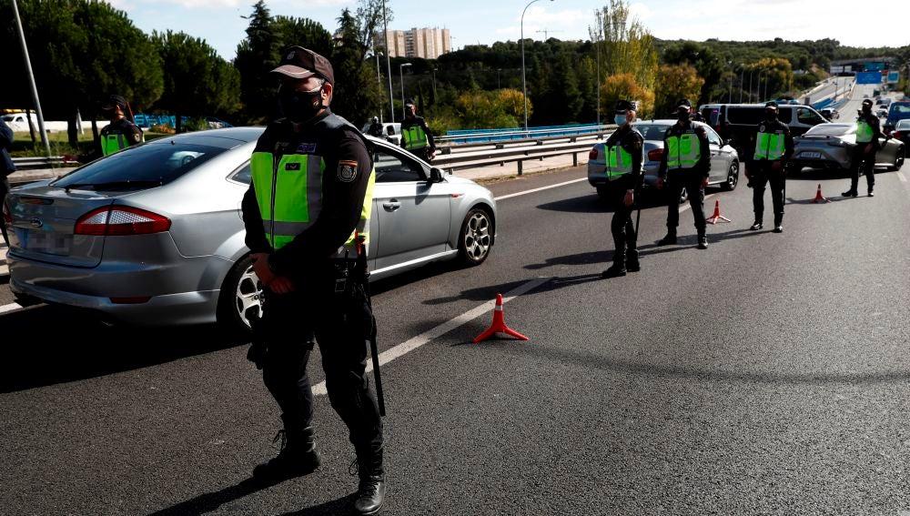 Agentes de la Policía Nacional contralan un acceso a la ciudad de Madrid (Archivo)