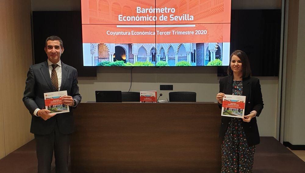 Francisco Tato, decano del Colegio de Economistas y Carmen Delgado, directora del Barómetro