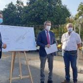 El alcalde de Sevilla, Juan Espadas, durante la explicación del proyecto por parte de los técnicos de Emasesa
