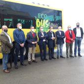 Foto de familia en la presentación del nuevo autobús