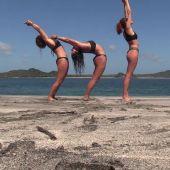 Mireia Borrás, diputada de Vox, improvisa una clase de yoga en La Isla ante las críticas de varias compañeras