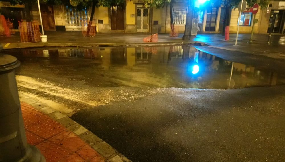 Acumulación de agua en la calle Corredera, recién asfaltada para evitar bolsas de agua