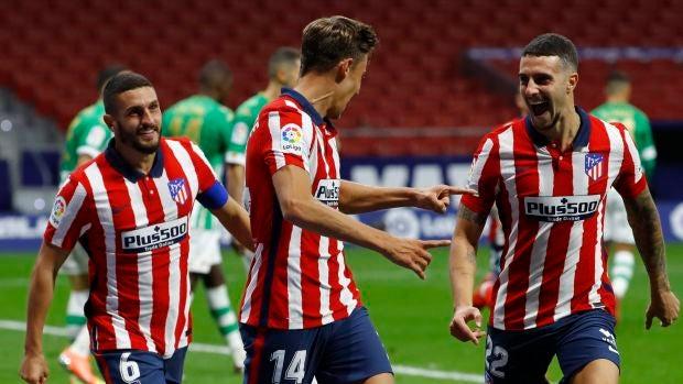 El delantero del Atlético de Madrid Marcos Llorente celebra su gol, primero del equipo ante el Real Betis