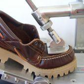 Prueba de rigidez en un zapato en el laboratorio de INESCOP de Elche.