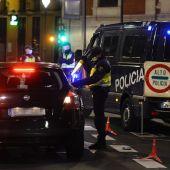 Un policía nacional durante un control en la cuidad de Valladolid tras el toque de queda impuesto por la Junta de Castilla y León