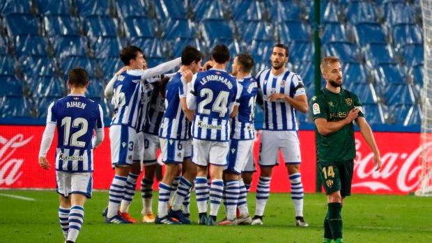 Los jugadores de la Real Sociedad celebran el gol de Alexander Isak, cuarto del equipo ante la SD Huesca