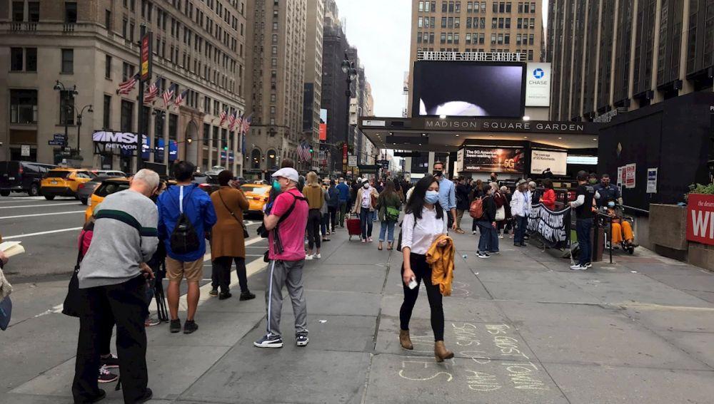 Decenas de neoyorquinos esperan a votar en el Madison Square Garden