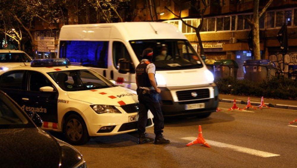 Control dels Mossos d'Esquadra al carrer Paral·lel de Barcelona pocs minuts després de les deu de la nit