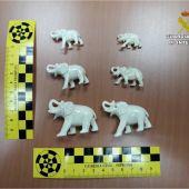 Elefantes en miniatura tallados en marfil