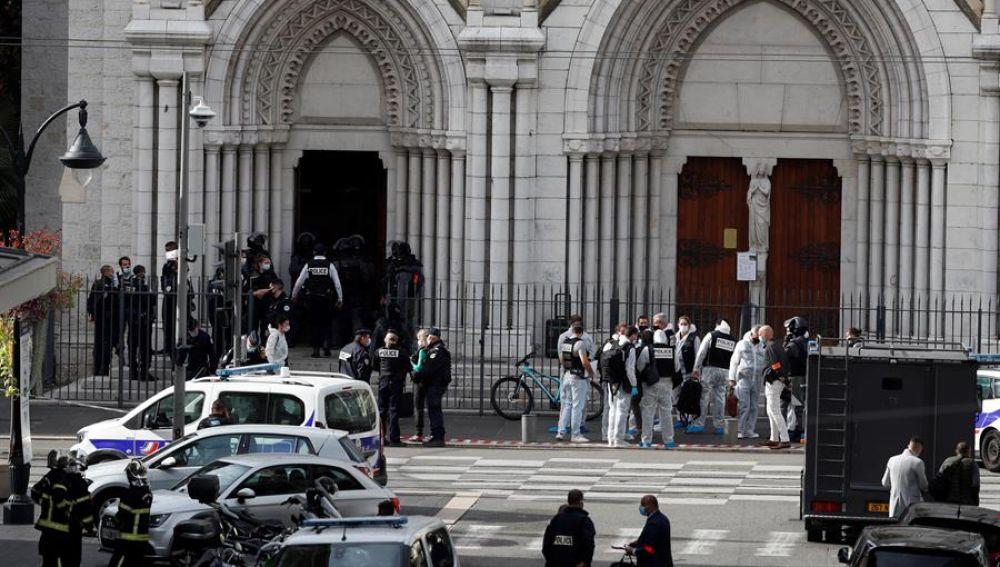 Agentes de la Policía francesa en el lugar del atentado en Niza.