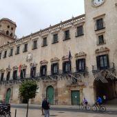 Fachada del edificio barroco del ayuntamiento de Alicante