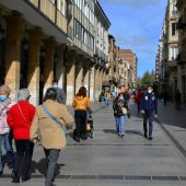 Vecinos de Palencia pasean por las calles de la ciudad.
