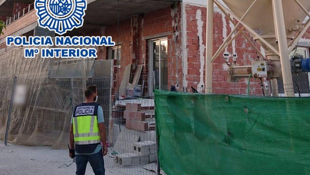 Agente de la Policía Nacional en la obra en la que se produjo el robo esclarecido.