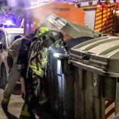 Los Bomberos de Alicante apagando un contenedor